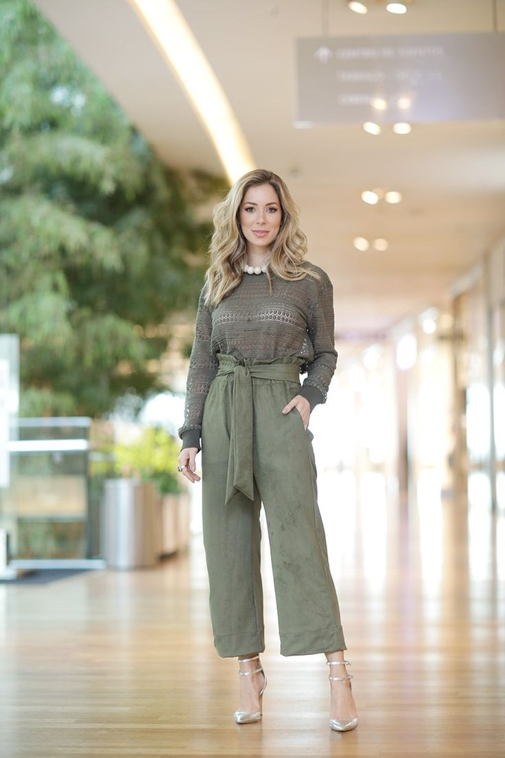 Look de Helena Lunardelli com calça verde e malha furadinha verde – Os tons são super atuais e o monocromático, além de ser tendência, é mega elegante.