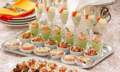 Dags att skåla in det nya året! Duka fram krustader med gorgonzolakräm, crostinis, laxrullar och annat gott som är lätt att förbereda och passar till bubblorna!