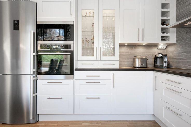 Ballingslöv kök med alla moderniteter och rostfria vitvaror. LUCKA: Studio pärlgrå