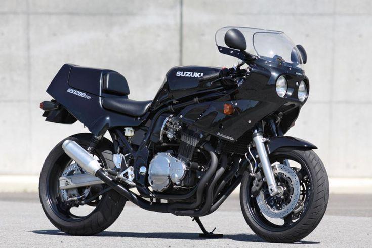 YAMAHA VMAXを「男のバイク」とご紹介させていただいたところ、ロレンス読者様からいただいたコメント、 「いや、男のバイクはGS1200SSです」 。 追求したのは「硬派で無骨な男らしさ」、キャッチフレーズは「男のバイク」。 2001年2月にスズキから発売されたGS1200SS。 モチーフは1980年代の耐久レーサー、開発コンセプトは「硬派で無骨な男らしさ」の追求、カタログに掲載されているキャッチフレーズは「男のバイク」 。 果たしてこれ以上に男のバイクらしい男のバイクがあるのでしょうか? 3.bp.blogspot.com プライドある走りのスピリットを映す、スパルタンなフォルム。 数々のエクスペリエンスに支えられた、鉄のボディ。 あとは、大きく逞しいハートがあればいい。 ここから、ストイックな走りの世界が始まる。 これが男のバイク、GS1200SS。 〜GS1200SSのカ...