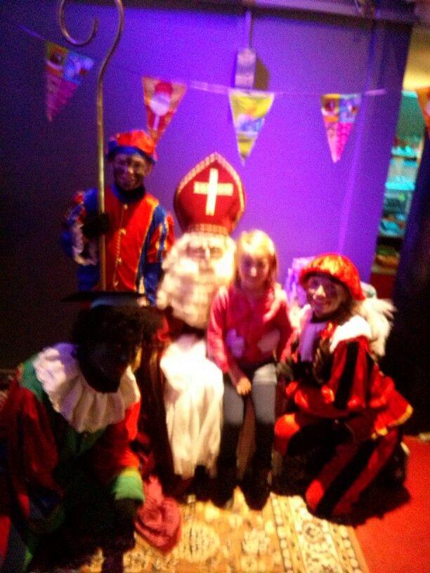 We zijn naar Paniek in de Pietenschool geweest, een theatervoorstelling van Rabarber in Den Haag. Ze hadden maar een Zwarte Piet, verder hadden de Pieten een paar vegen op hun gezicht, een was wit, gekleurde lippen en zelfs een met lange blonde haren. Leuk gedaan. Dan zie je dat het voor de kinderen niets uitmaakt hoe de Pieten eruit zien. Blijft een leuk kinderfeest.