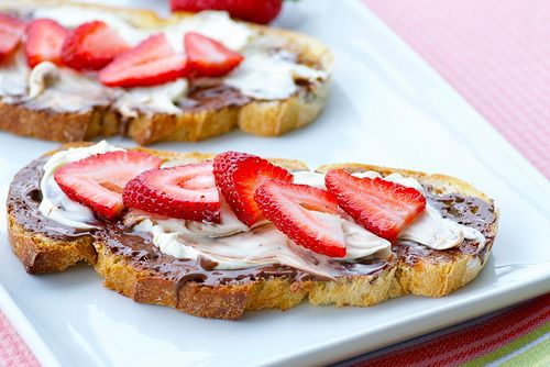 Mascarpone, Nutella, and Fresh Berry Toast. Why don't I have Nutella in my home at all times?? I need this.: Mothers Day, Chocolates Strawberriesmayb, Brunch Recipes, Strawberries Sweet, Fresh Berries, Favorite Recipes, Cream, Strawberries Toast, Nutella