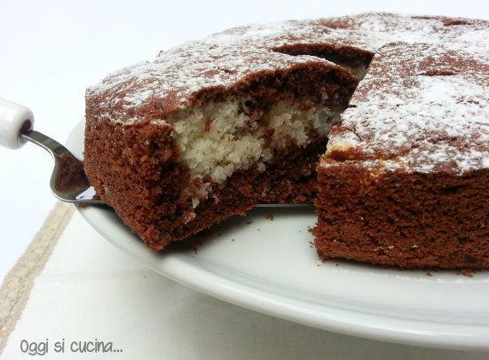 La torta al cioccolato con crema al cocco è un dolce soffice e goloso, formata da una base al cioccolato e un cuore cremoso al cocco.