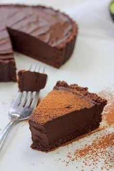 Raw chocolate tart. Avocado, coconut, dates and cacao give this tart a creamy fudgy texture. #vegan #raw #glutenfree