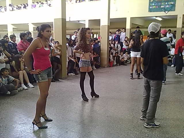 jovenes bailando....