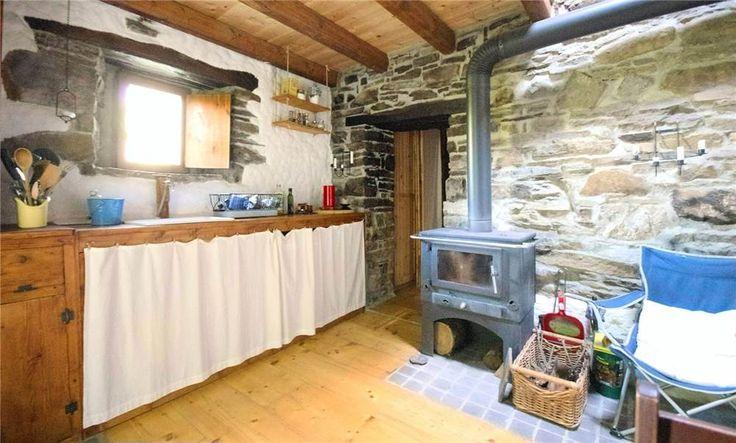 Cucina tipica con stufa a legna. è in un grazioso rustico perfettamente ristrutturato. Fanano