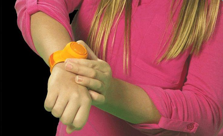 Neue Gadgets: Diesen Lautsprecher tragen Sie am Handgelenk  Musikbeschallung für unterwegs: Ein neuer drahtloser Lautsprecher erinnert an eine Kinderuhr. Außerdem in der Gadget-Übersicht von neuerdings.com: Jacken, die das Smartphone laden, und ein Puzzlespiel mit LED-Beleuchtung.