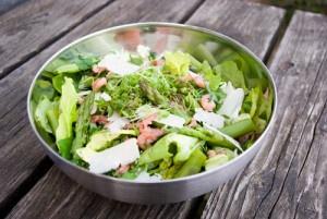 Breng de zomer in huis met deze frisse salade! Groene asperges, grijze garnalen en Parmezaanse kaas: een verrassende combinatie die proefde naar meer. Alvast smakelijk.     Print Salade met Groene Asperges en Grijze Garnalen Auteur: Le Gourmand Belge Soort Recept:salade,vis Aantal