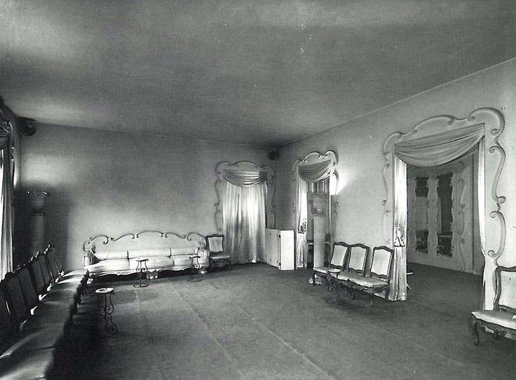 Balenciaga's Grand Salon, Boutique Avenue George V Paris, 1946.  #balenciaga