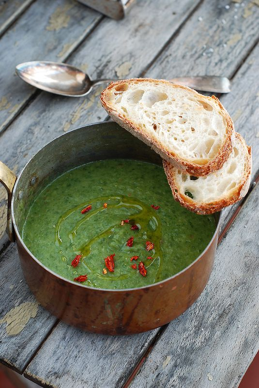 Rossa di sera: Crema di scarola con patate, acciughe e peperoncino. Tempo delle zuppe