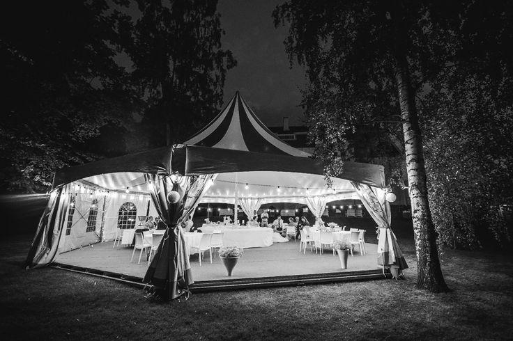 Mäntyniemen puistossa romanttiset telttahäät by Anna & Sebastian