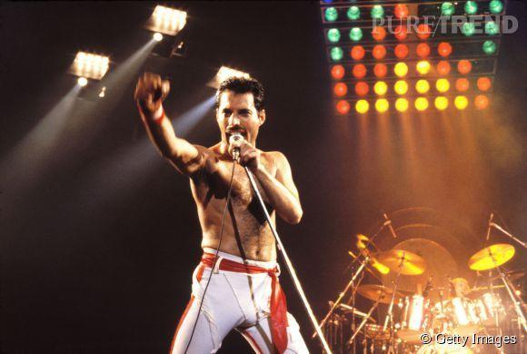 Freddie Mercury : torse nu, cheveux courts et pornstache, une dégaine devenue culte.