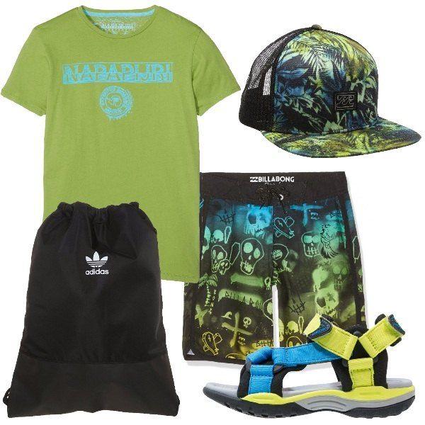 Pensato per teenagers griffati. Bermuda e cappello Billabong, t-shirt Napapijri e sandalo Geox. Per completare sacca Adidas. Per una giornata di mare o per sport acquatici.