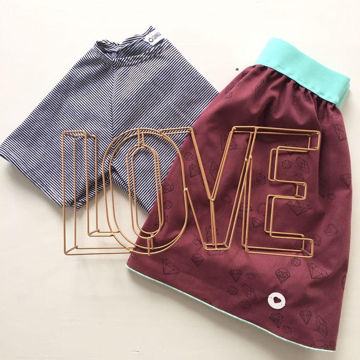 Een fijn zacht t-shirt streepjes in donkerblauw en wit. Goed te combineren met rok kant of te dragen onder basic jumpsuit koraal