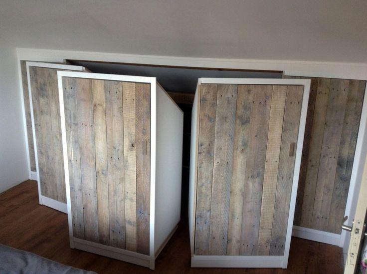 Deels verrijdbare garderobekast onder schuin dak zolder sloophout deuren white-wash 01