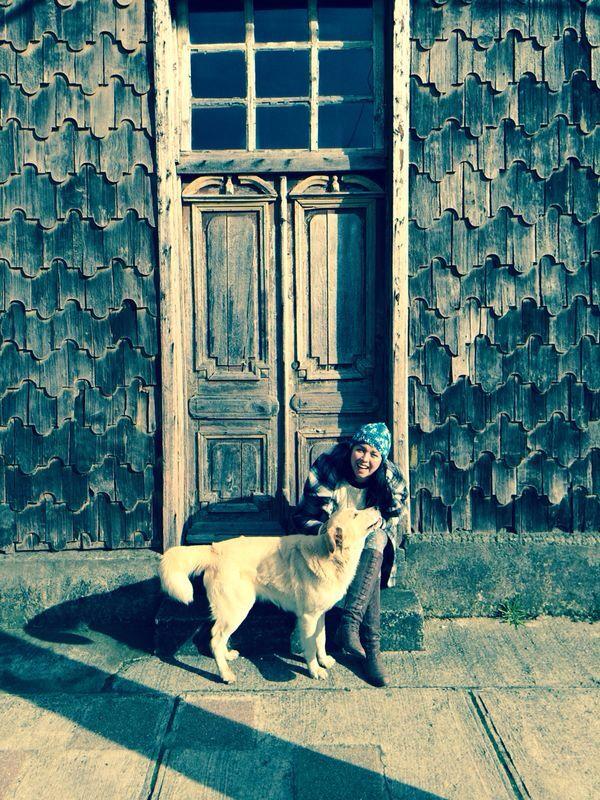 Puerto, perro y yo en Achao, Chiloè, Chile