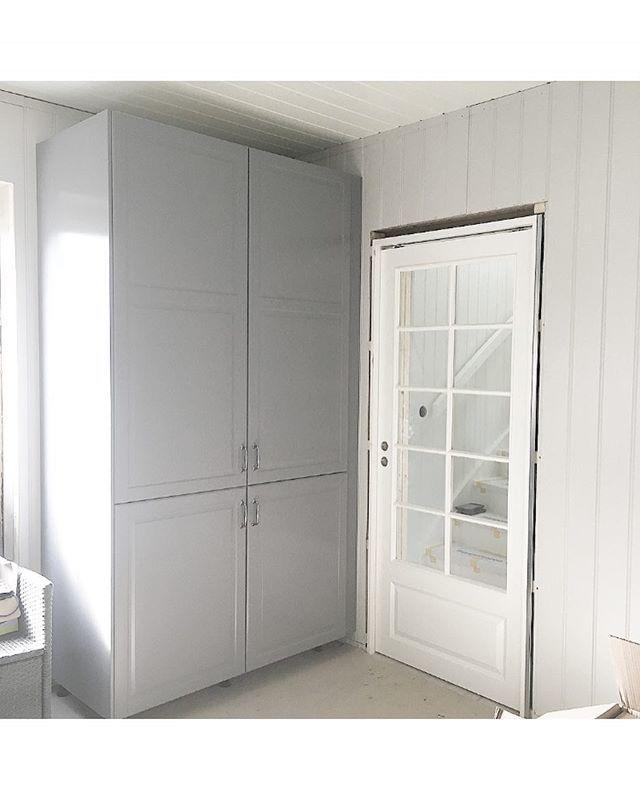 Innerdør på kjøkkenet ☺️ #kjøleskap #dør #kjøkken #bodbyngrå #oppussing #skyvedør #renovering #totalrenovering #hus #hjem