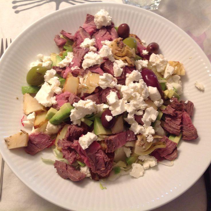 Salat med rester af oksemørbrad og ovnstegte kartofler