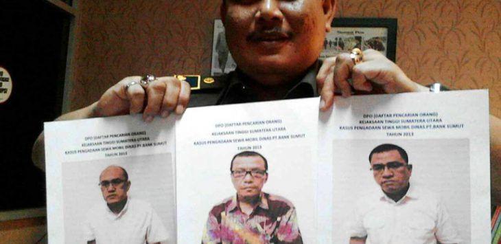 Kasi Penkum Kejati Sumut, Bobbi Sandri menunjukan tiga berkas surat DPO tersangka Bank Sumut di Kantor Kejati Sumut, Selasa (27/9/2016). foto : bagus/sumutpos/jpg