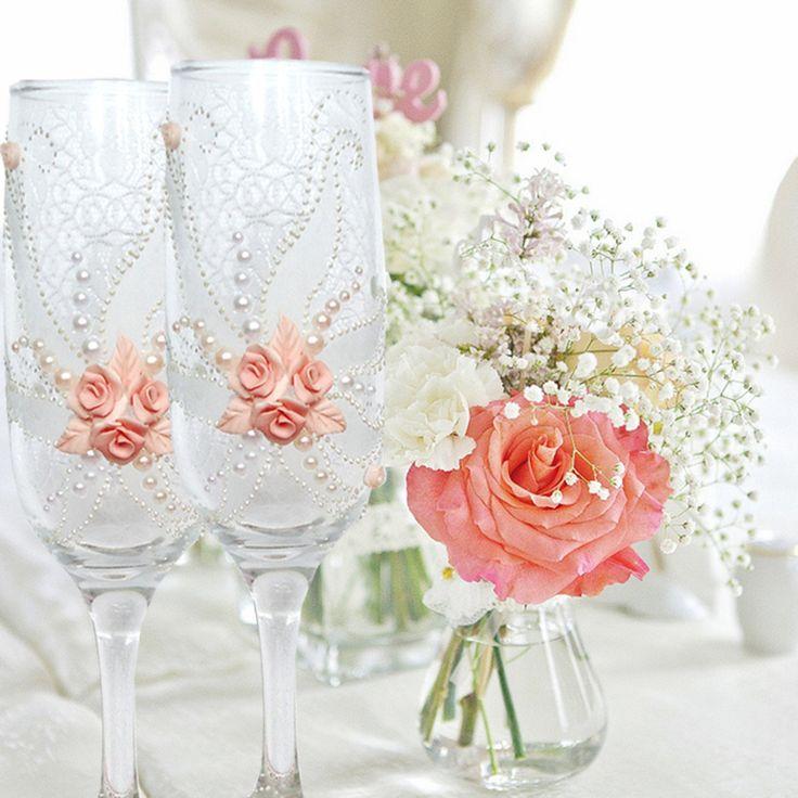 Boda copas de champagne, copas de vino de arcilla polímero, melocotón tostado flautas, mano copas pintadas, flautas de champán rosa, perlas rosas  Hermoso par (melocotón y color blanco) de boda o aniversario champagne vasos es decorada con un original diseño con perlas y flores de arcilla de polímero hecho a mano a mano. Puede ser un regalo perfecto para tu propia boda o para tus amigos.  Todos los materiales utilizados para la decoración son a prueba de agua. Es una pintura especial y hacia…