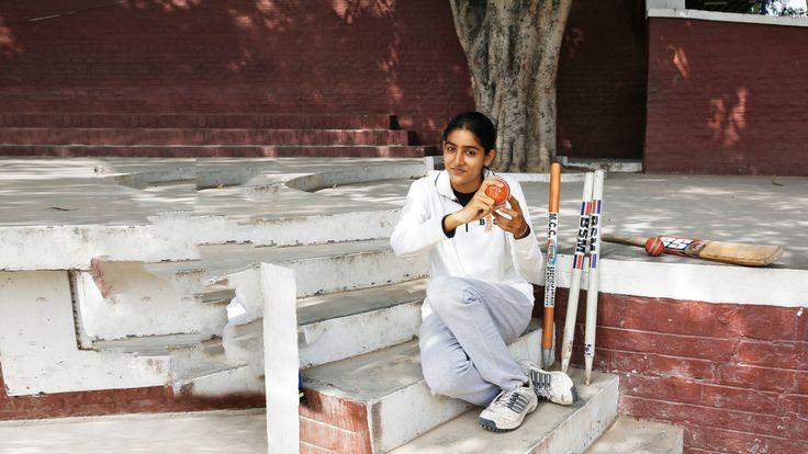 De Indiase Jasleen (14) speelt cricket. De sport is erg populair in dit Aziatische land, maar er zijn maar weinig meisjes die de sport beoefenen.
