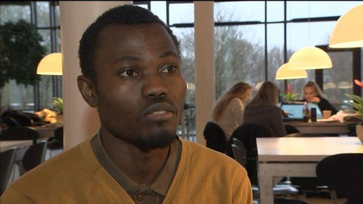 Se indslaget om Marius Youbis udvisningssag øverst. Udlændingenævnet fastholder, at den 30-årige superstudent fra Cameroun, Marius Youbi, skal udvises af Danmark. Marius Youbi står til at skulle forlade landet, fordi han i perioder har arbejdet mere end de 15 tilladte timer om ugen ved siden af ingeniørstudiet i Herning, fordi han havde misfo