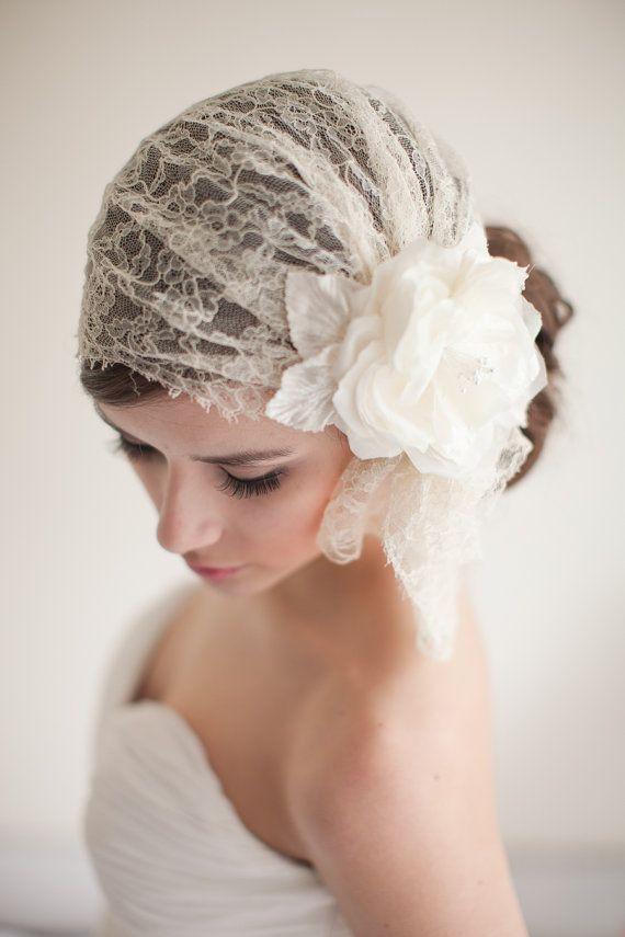 Penteado de noiva: véu curto estilo bandana com coque. Foto: Melinda Rose Design.