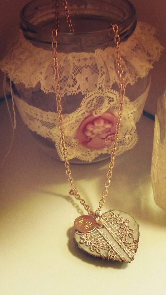 pendente con catena dorata fatto a mano, rivestito di stoffa ed impreziosito da piccoli ciondoli e passamaneria