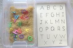 Activité : un bac sensoriel sur le thème de l'alphabet