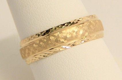 Argolla de Matrimonio en oro amarillo de 14K. Corte clásico con textura. 2 gr. 6 mm de ancho.