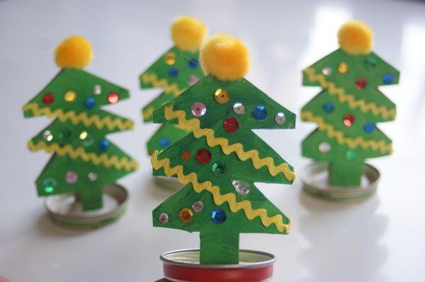 Bozonarodzeniowa choinka z rolki po papierze toaletowym przestrzenna praca plastyczna dla dzieci i przedszkolaków. Christmas tree with roll on toilet paper craft for children and preschoolers.