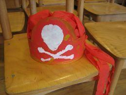 * Piratenbandana voor meisjes! De basis is een kartonnen band met een halve cirkel voorop. Daarop kunnen ze dan een doodskop tamponneren.