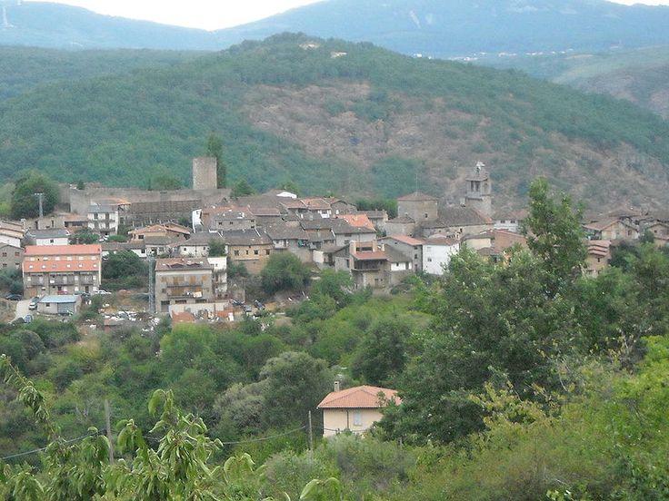 Panorámica de San Martín del Castañar, en su perfil destacan el castillo y su iglesia del siglo XIII. Se asienta sobre el río Francia, de aguas limpias y frescas que beben sus pobladores y al que cruza aquí un puente romano. El entorno en el que se ubica es el Parque Natural de Las Batuecas