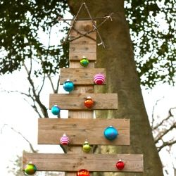 a simple inexpensive rustic outdoor christmas tree made from a pallet - Inexpensive Christmas Trees