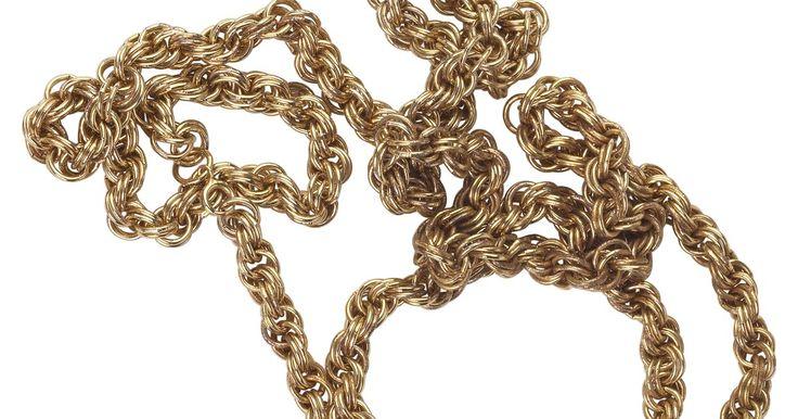 Cómo limpiar una cadena de bronce. El empañamiento es un proceso natural que ocurre con el metal, incluyendo el bronce. Con el tiempo, tu cadena de bronce favorita puede lucir aburrida por los efectos del aire, la contaminación, la humedad e incluso la sal producida de manera natural cuando se suda o del medio ambiente. No se puede evitar que el bronce de deslustre, pero puedes ...