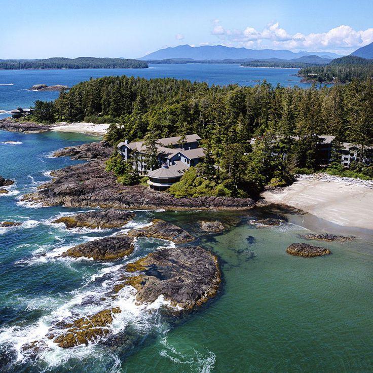 """""""Situé sur un promontoire rocheux à l'ouest de Chesterman Beach dans la région des îles de Vancouver, le Wickaninnish Inn est entouré par l'océan et la forêt et offre un panorama à vous couper le souffle. A quelques pas de la magnifique réserve naturelle Pacific Rim National Park, il vous offre des chambres spacieuses très confortables et son service est irréprochable. Dernièrement, il s'est doté d'un spa (Ancient Cedars Spa) qui l'a élevé au rang d'hôtel relaxant et vous le vérifierez a..."""