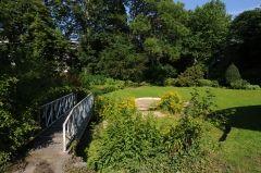 De tuin behoorde tot een groot 19de-eeuws herenhuis van de koopman en fabrikant van linnen en kant, de heer Benoit. Hij had ook een blekerij naast het huis. Het hotel Messeyne kijkt nog steeds uit op de tuin, maar iedereen kan die bezoeken. De pronkstukken van de tuin zijn de grillige vijver met een decoratief gietijzeren bruggetje. Het is een erg romantische tuin met paadjes, Er staat ook een neogotisch prieeltje in de tuin, dat beschermd is als momument.