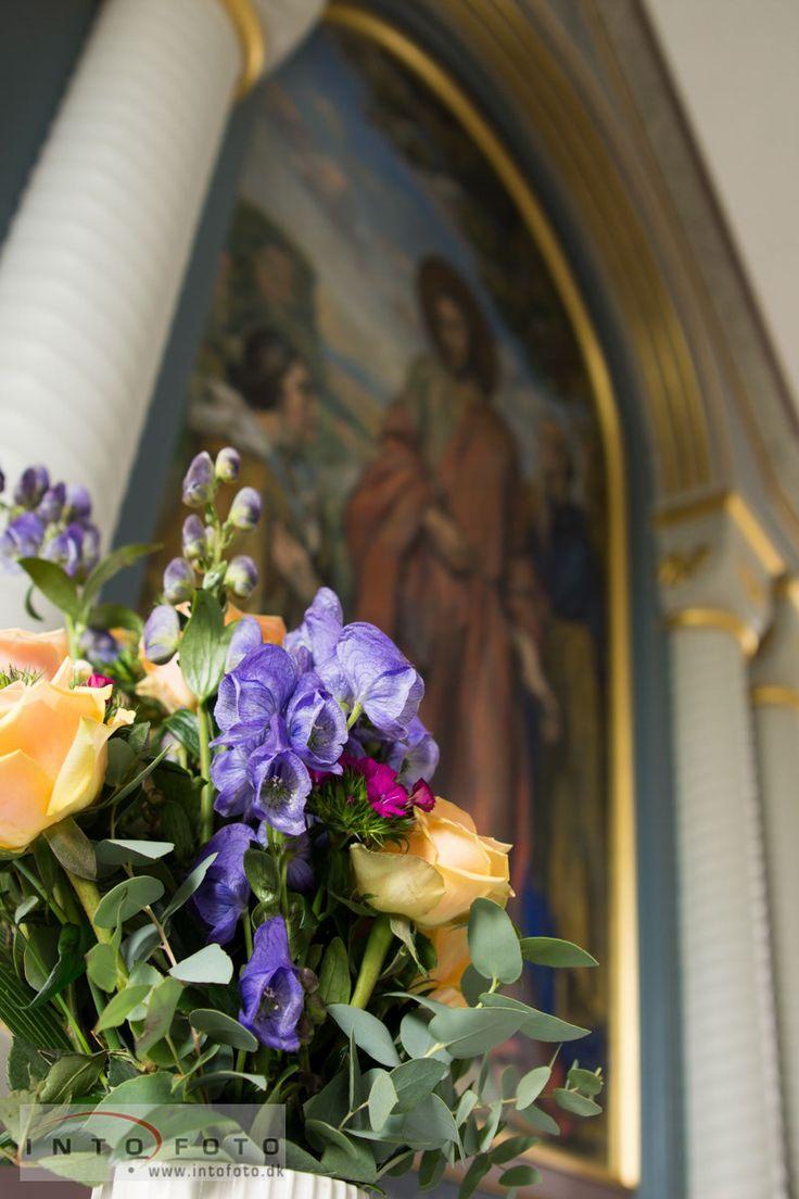 Udsmykning i kirken #Blomster #Kirkebryllup #Intofoto #Bryllupsfotograf #Intofoto #Bryllupsfoto #Bryllupsfotografering #Hillerød #Nordsjælland
