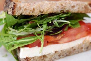 Sandwich au #tofu assaisonné au cari ou cumin #lunch #sante #rentree