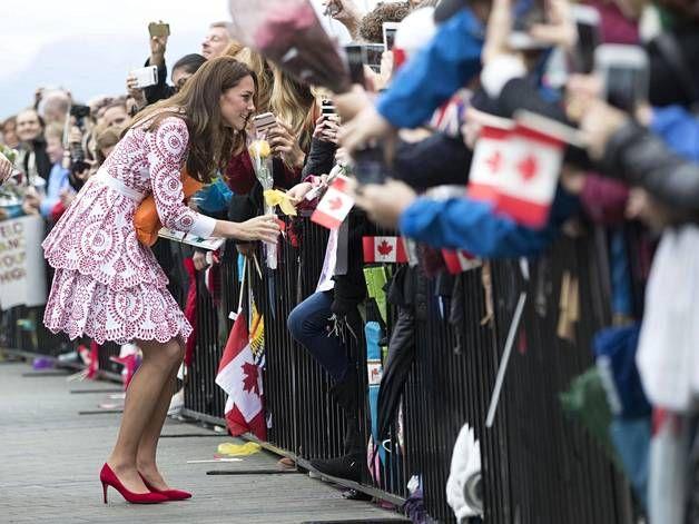 Herttuatar Catherine edusti Kanadassa maan lipun värisessä mekossa, joka paljasti naisen häikäisevät sääret.