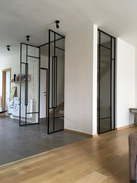 Las grandes puertas de cristal aíslan del ruido y del frío mientras dejan pasar la luz a las escaleras y estancias interiores.