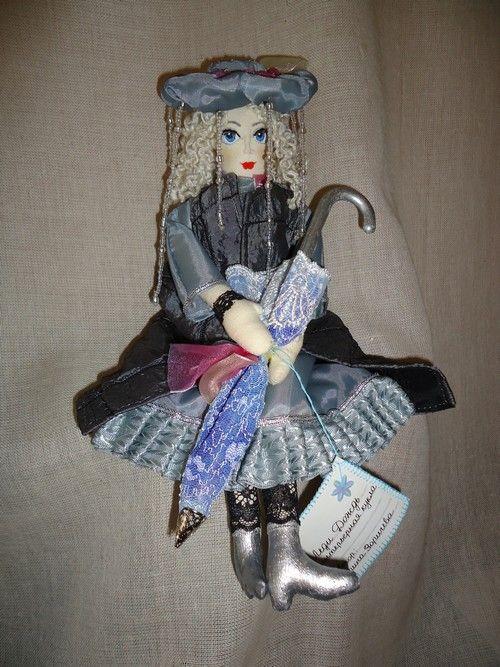 Леди Дождь – текстильная кукла, 33 см. Материалы: тонированная бязь, тесьма, наполнитель – холлофайбер. Волосы – шерстяная нить, кружево, аксессуары. Одежда съёмная.