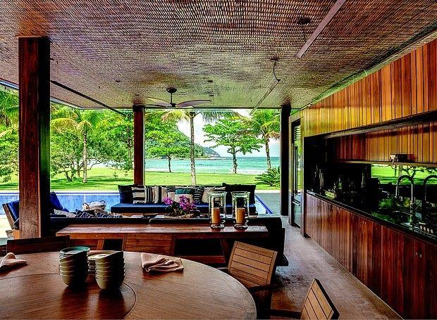 Varanda: com cozinha gourmet e vista para o mar, o espaço aberto serve para reunir amigos. Marcenaria da Plancus. Mesa da Etel Interiores e ...