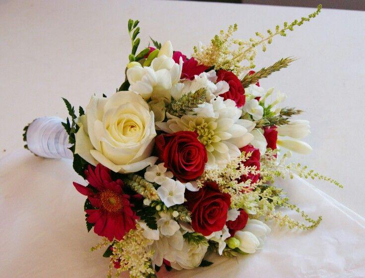 Bouquet de mariée champêtre chic blanc fuschia. Roses,  Dahlia,  Alstibe, Phlox, Freesias, blé, Germinal.