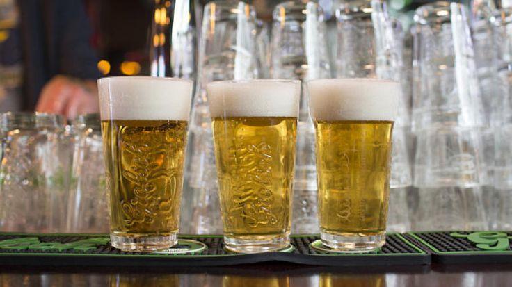 La empresa cervecera busca combatir la violencia de género con su nueva campaña