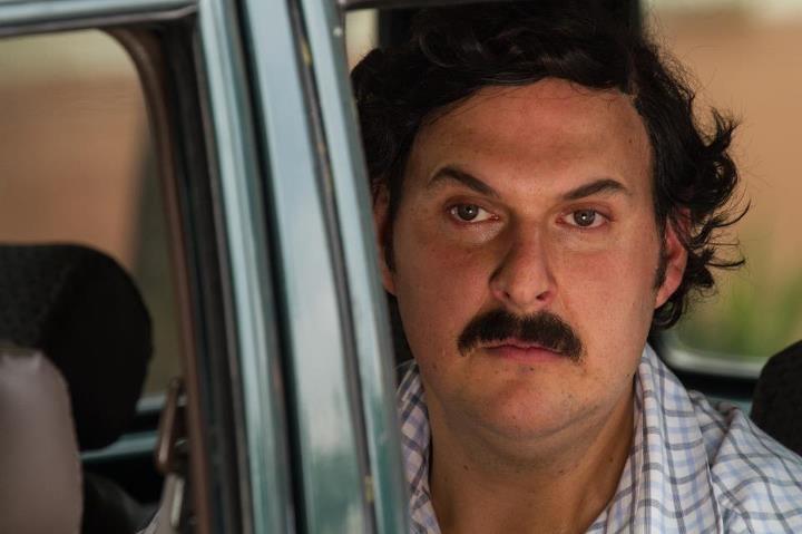Pablo Escobar le pide a sus hombres ubicar a María, una de sus amantes, para que vaya a visitarlo a la finca donde se esconde. La joven toma un bus y es recogida por el Chili. Vea la escena.