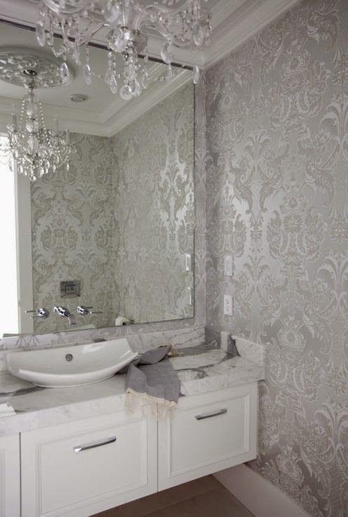 Banyoda gümüş renkli desenli duvar kağıdı
