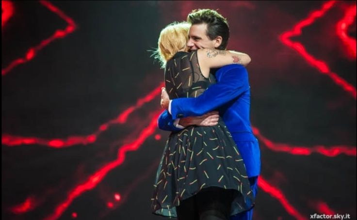 #XF7 Mika hugs Roberta when she's in