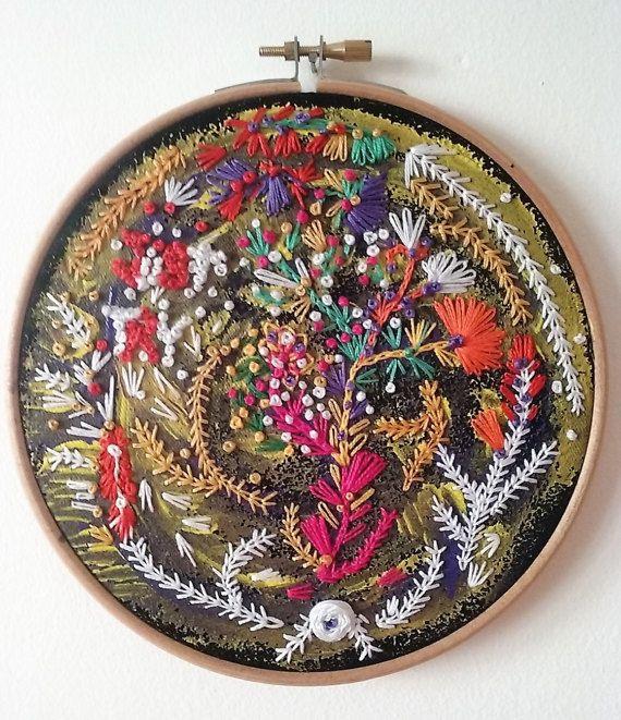 Ricamato a mano con fiori astratti hoop. Fibra dellannata, velluto nero, dipinto e ricamato.   Arte del cerchio può essere facilmente appeso con un chiodo o appoggiato su una mensola.  6 hoop.