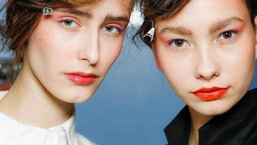 Is dit de nieuwe smoky eye | Roze is het nieuwe zwart. Zeker met de lente in aantocht is lieflijk pastelroze de norm. En niet alleen op de lippen, ook roze oogschaduw maakt een comeback. Durf jij het aan?